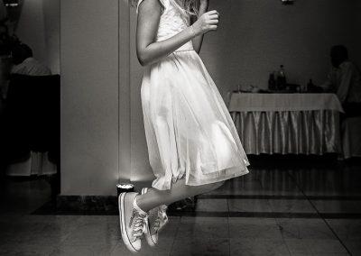 Dziewczynka tańczy na weselu